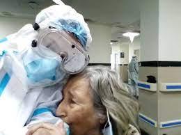 Elderly Woman Hugs Her Doctor With Tears Pics Goes Viral | Covid से ठीक हुई  बुजुर्ग महिला ने रोते-रोते डॉ. को लगाया गले, लोगों ने ये बात बोली - Life  Hacks |